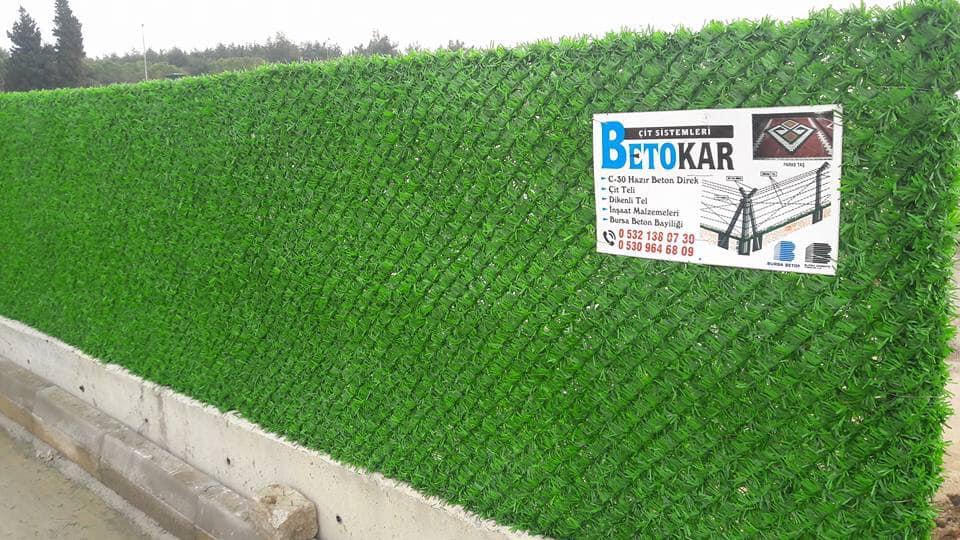Çim çit Tüm iç ve dış mekanlarda, temel amacı yemyeşil bir panel / duvar elde etmektir ve bunu doğal çime en yakın görünümü sağlamaktır.