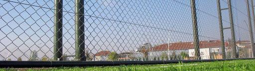 Günümüzde pek çok kişi tarafından evlerde ve tarlalarda kullanılmaya devam ediliyor fakat özellikle askeri bölgelerde, otoyol kenarlarında, sınırlarda ve spor faaliyetlerinin gerçekleştirildiği ortamların çevrelerinde örgüleri görmek son derece doğaldır.